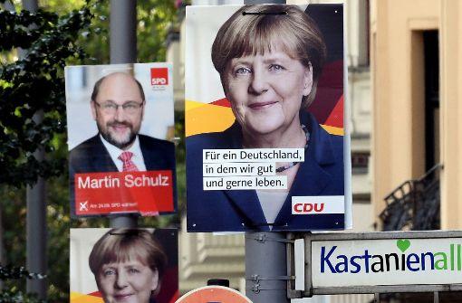 Martin Schulz und Angela Merkel müssen bei der Beliebtheit Einbußen hinnehmen