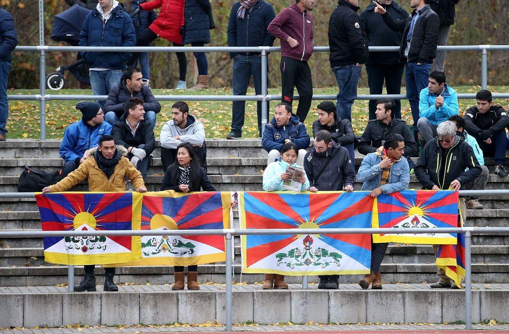 Die tibetanischen Fahnen am Spielfeldrand gefallen den Fußballgästen aus China gar nicht. Foto: dpa