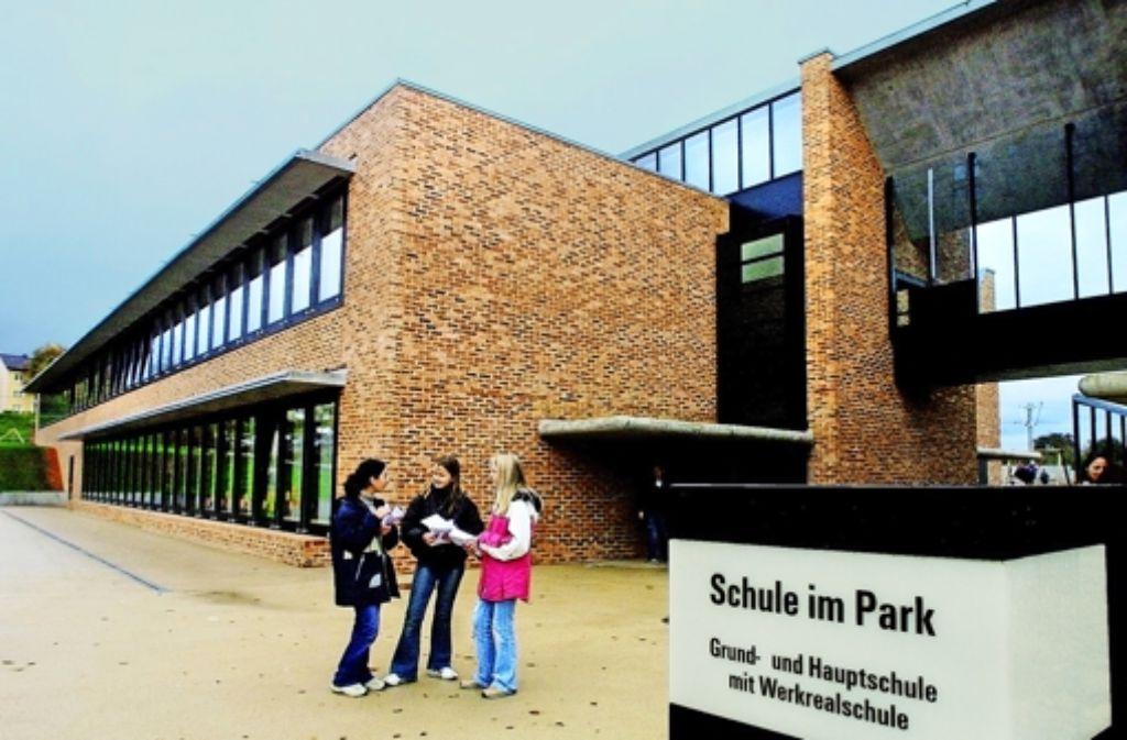 Das Schild vor der Schule muss demnächst geändert werden. Foto: Rudel/Archiv