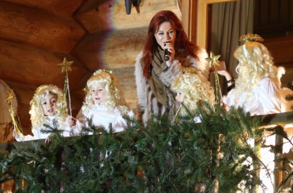 Andrea Berg pflegt den Kontakt zu ihren Fans. Am Mittwochabend kamen sie in Scharen zum traditionellen Weihnachtskonzert der rothaarigen Schlagerqueen. Foto: Getty Images Europe