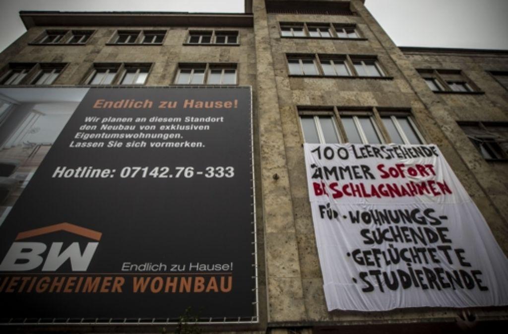 Sofort beschlagnahmen: ein Transparent mit dieser Forderung hängt am Montag an einem Gebäude am Eugensplatz und befeuert Diskussionen. Foto: Lichtgut/Leif Piechowski