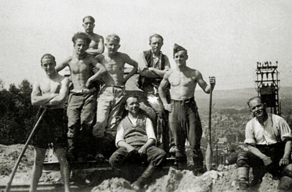 Zeit für ein Erinnerungsfoto: Arbeitersportler beim Bau des Sportplatzes am Waldheim Raichberg im Juni 1932. Foto: Waldheim Raichberg