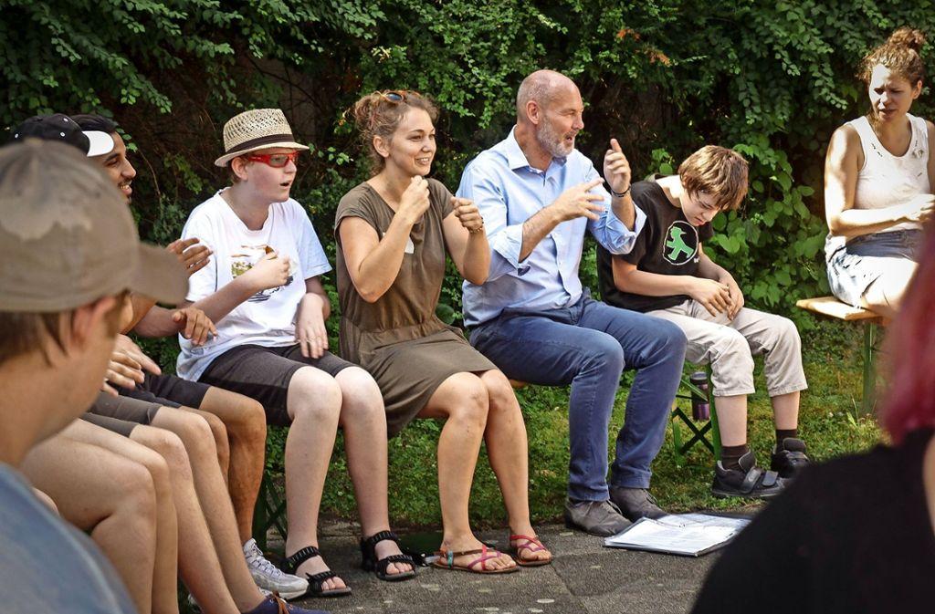 Oberbürgermeister Martin Kaufmann   singt und gestikuliert mit Kindern und Betreuern zusammen beim Lied Aramsamsam. Foto: factum/Bach