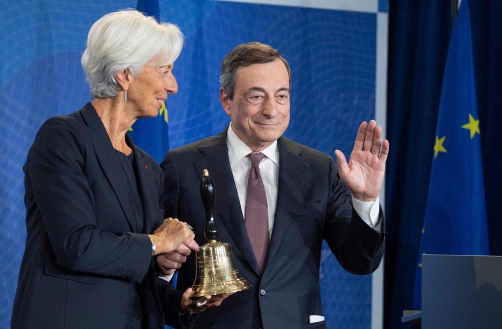 Der scheidende EZB-Präsident Mario Draghi übergibt  Christine Lagarde die  Glocke, mit der die neue    EZB-Chefin bei Sitzungen  zur Ordnung rufen kann. Foto: dpa