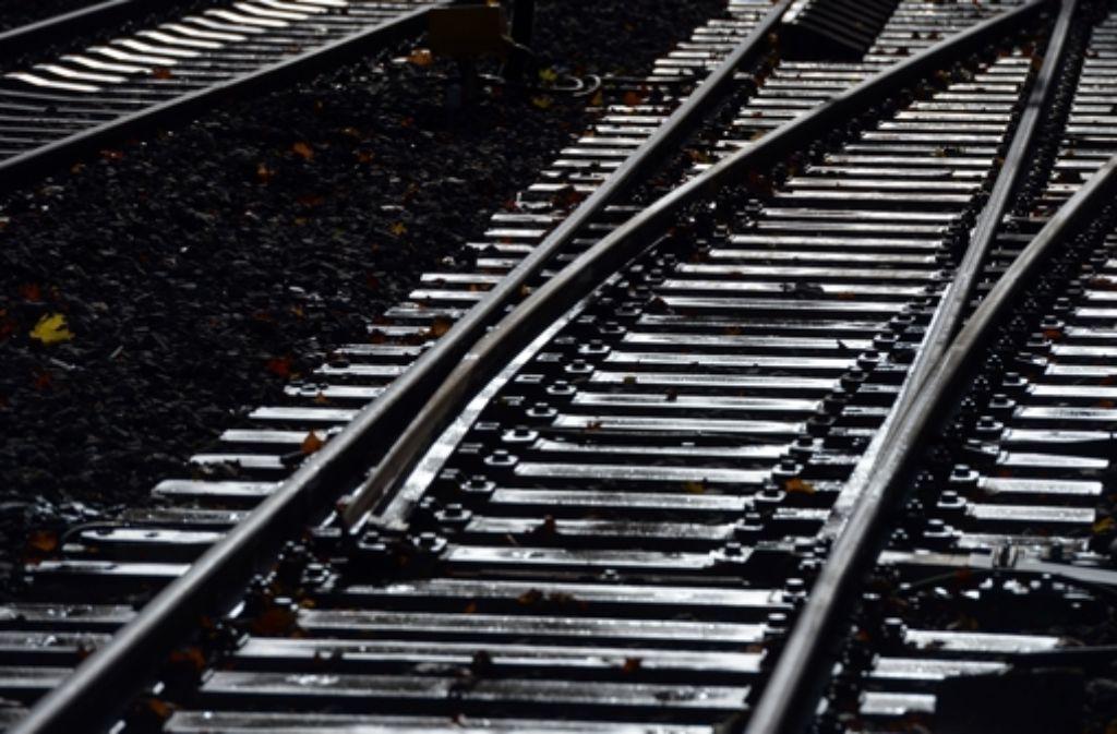 Viele Gleise sind marode; das führt zu gefährlichen Unfällen. Foto: dpa