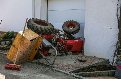 Bei Ausweichmanöver umgekippt – Bein unter Traktor begraben