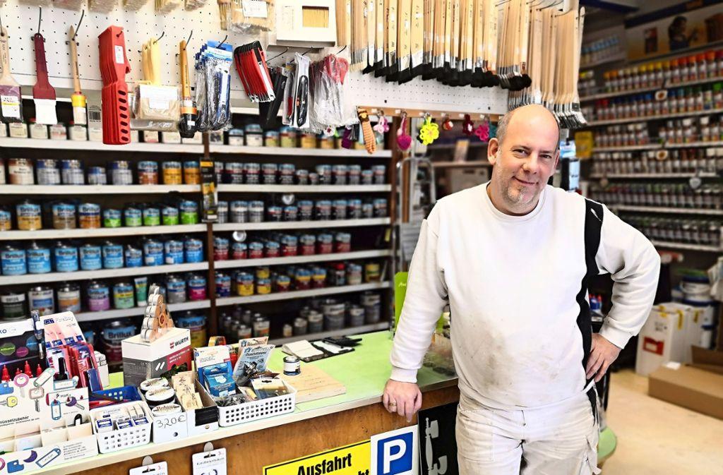 Vom Rockmusiker zum Farbenversteher: Patrick Lott betreibt seit dem Jahr 2011 das Farbengeschäft an der Schwabstraße. Er möchte das Traditionsgeschäft erhalten – auch wenn es Einzelhändler heutzutage schwer haben. Foto: Björn Springorum