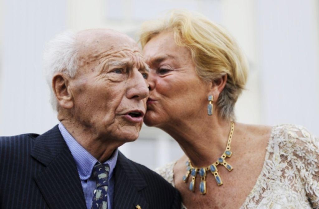 Schillerndes Paar: Walter und Barbara Scheel 2009 bei seinem 90. Geburtstag. Foto: AFP
