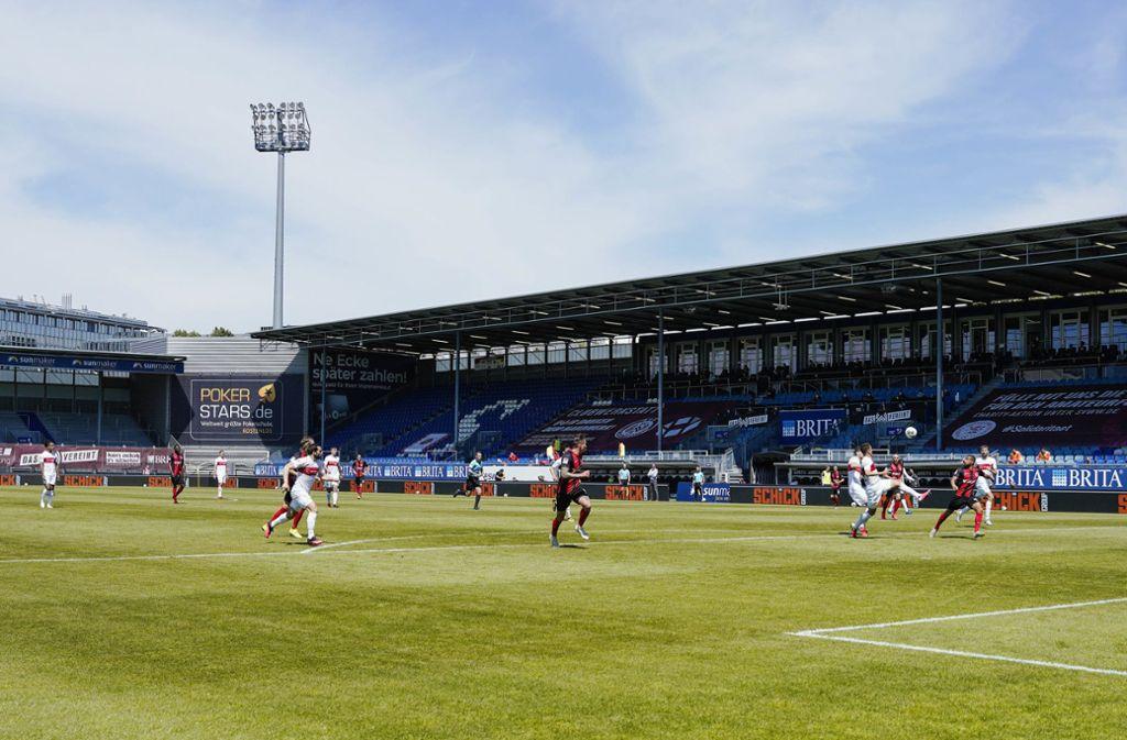 Der VfB Stuttgart musste beim SV Wehen Wiesbaden vor leeren Rängen spielen. Foto: dpa/Uwe Anspach