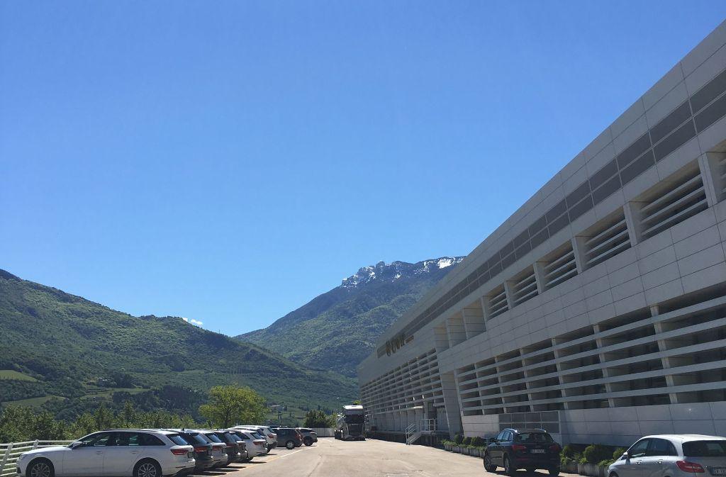 Der moderne Hauptsitz von Cavit in den Bergen des Trentino. Foto: Siefert