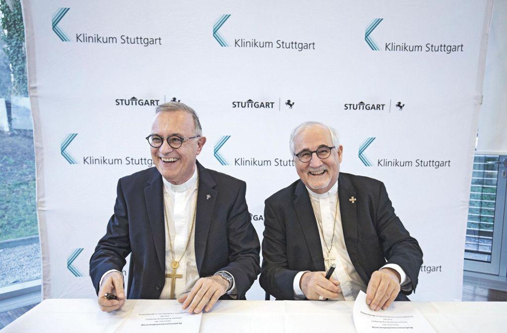 Nach der Unterschrift gut gelaunt:  Landesbischof July (li.) und Bischof Fürst. Foto: /Leif Piechowski