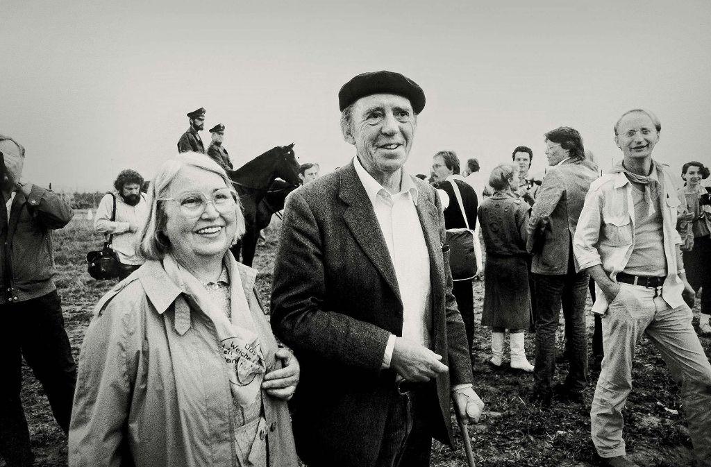 Heinrich Böll und seine Frau Annemarie sind unter den Demonstranten, die am 1. September 1983 in Mutlangen gegen atomare Aufrüstung protestieren. Foto: dpa