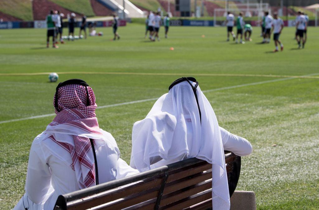Alltag in Doha: Der FC Bayern trainiert, die Scheichs schauen zu. Foto: dpa