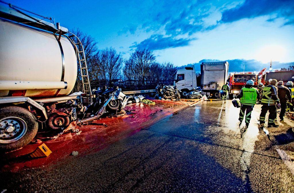 Am Walldorfer Kreuz starben vor wenigen Wochen vier Menschen, als ein Lastwagen zwei Autos auf einen stehenden Lkw schob. Foto: 7aktuell.de/Simon Adomat