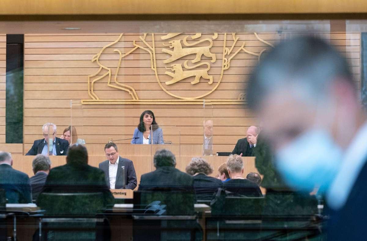 Szene aus dem Landesparlament: Landtagspräsidentin Muhterem Aras (Mitte) leitet eine Sitzung. Foto: dpa/Marijan Murat