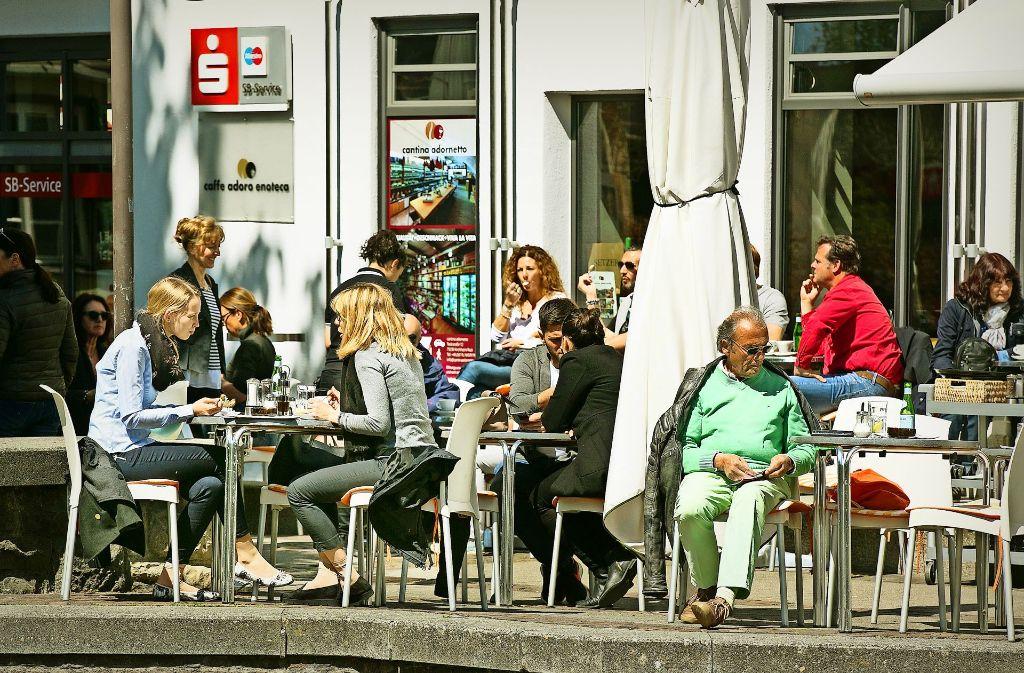 Wenn es sich die Gäste unter freiem Himmel gut gehen lassen, hält immer auch die Stadt die Hand auf. Foto: Horst Rudel