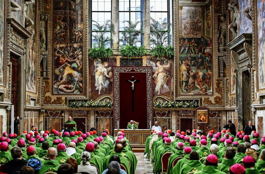 Papst Franziskus (Mitte) feiert mit den Ordensträgern  eine Messe zum Abschluss des Gipfeltreffens. Foto: dpa