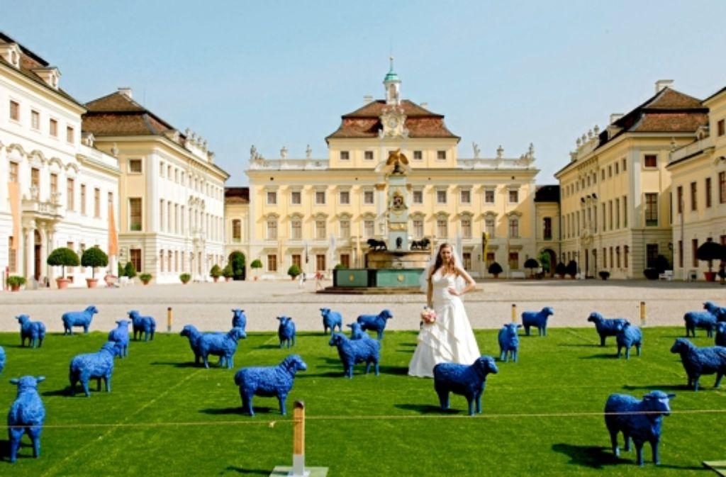 Die Braut ergreift die Chance für ein besonderes Foto im Schlosshof. Foto: factum/Krieger