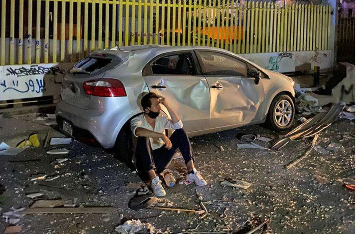 Der Stuttgarter Serkan Eren, Vorsitzender der privaten Hilfsorganisation Stelps (Stuttgart helps) ruht sich im zerstörten Beirut aus. Er hilft, Straßen zu räumen und Verletzte aus Häusern zu holen. Foto: Thore Schröder