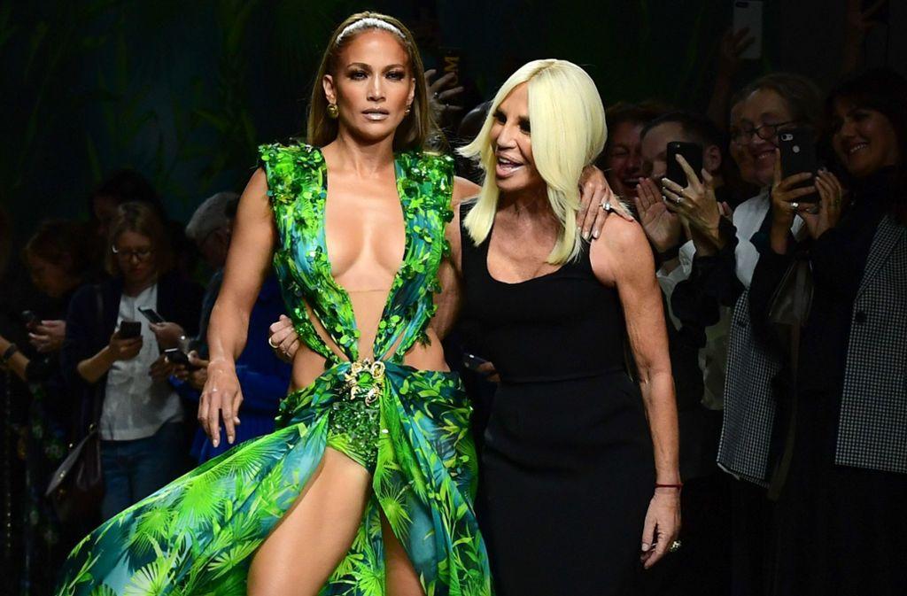 Eine Legende der Grammy Awards: Der Jungle Dress von Jennifer Lopez (links), hier mit Donatella Versace. Foto: AFP/Miguel Medina