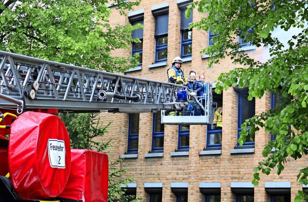 Rettungsaktion per Drehleiter aus dem ersten Stock des Rathauses. Foto: Eva Herschmann