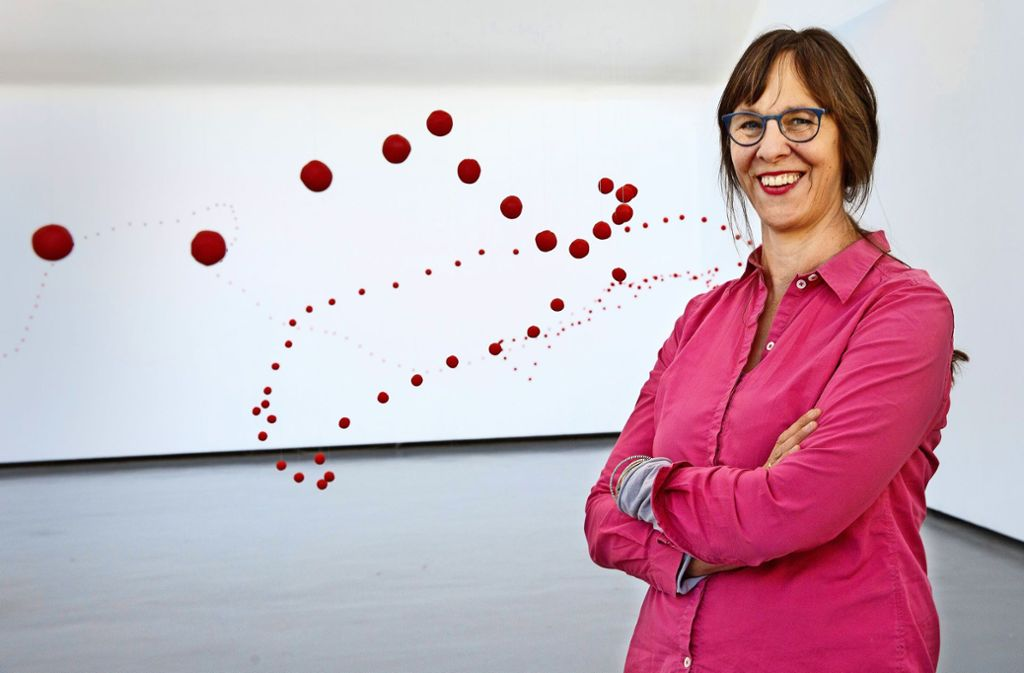 Katharina Hinsbergs rote Kugeln bilden eine  Reihe analog zu   einer gezeichneten Linie. Foto: Ines Rudel
