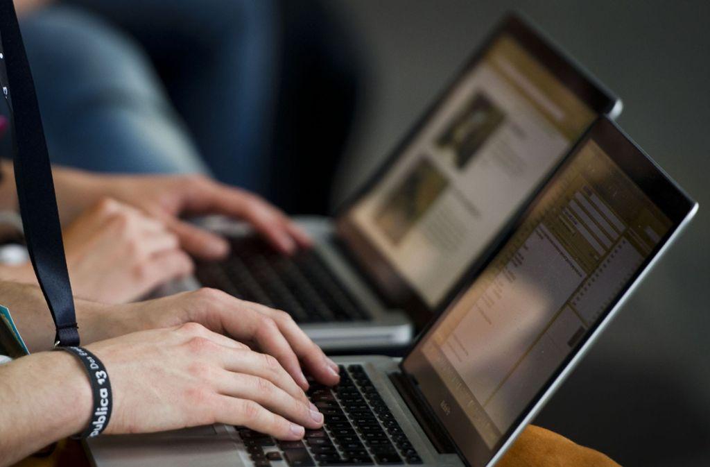 Nutzer sollten bei Fotos und Videos im Internet lieber zweimal hinsehen. (Symbolbild) Foto: dpa/Ole Spata