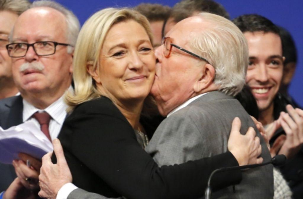 Jean-Marie Le Pen, Gründer des Front National und Marine Le Pen, seine Tochter. Sie führt die rechtsextremistische Partei heute an. Foto: AP