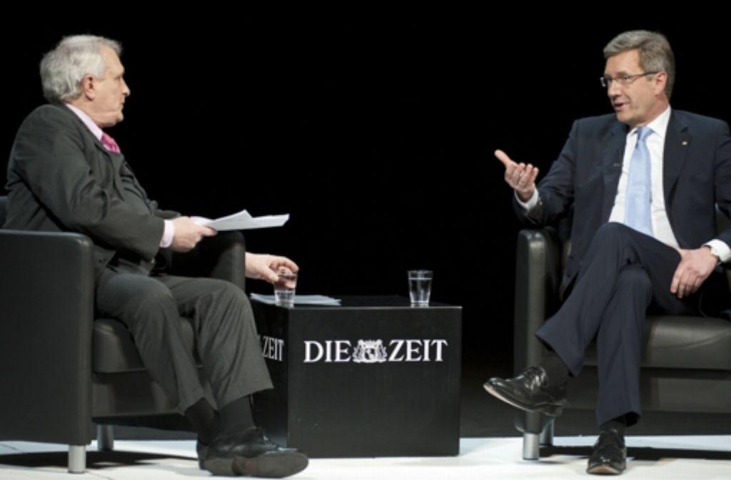 Josef Joffe (l.) von der Zeit behauptet, dass ein Mann ohne Krawatte der Untergang wäre. Foto: dapd