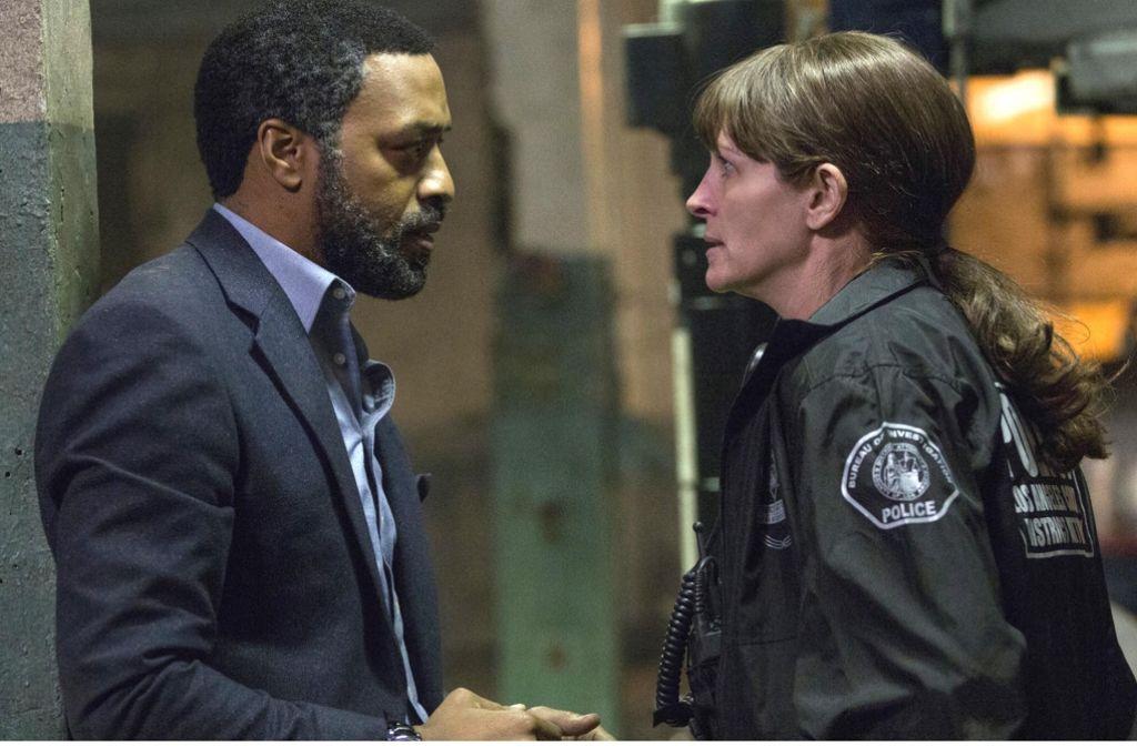 Die FBI-Agenten Ray (Chiwetel Ejiofor) und Jess (Julia Roberts) stoßen bei ihren Ermittlungen auf viele Hindernisse. Foto: Universal Pictures