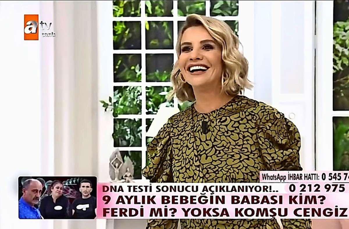 """Die Sendung """"Bei Esra Erol"""" und die eingeblendete  Frage: """"Wer ist der Vater des 9-monatigen Babys? Ist es Ehemann Ferdi? Oder ist es Nachbar Cengiz?"""" Screenshot: Güsten"""