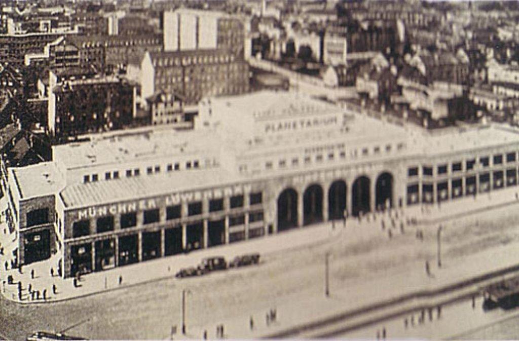 Der Hindenburgbau gegenüber dem Hauptbahnhof wird im Mai 1928 zur ersten Adresse für Sternegucker. Das Planetarium nimmt in dem monumentalen Gebäude seinen Betrieb auf. In unserer Bildergalerie blicken wir zurück und hinter die Kulissen der Sternenwelt. Foto: Planetarium