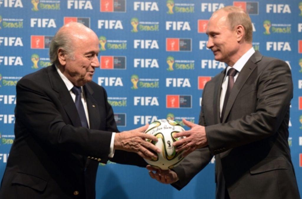 Gepflegter Doppelpass: Fifa- Chef Blatter (links) und der russische Präsident Putin Foto: dpa