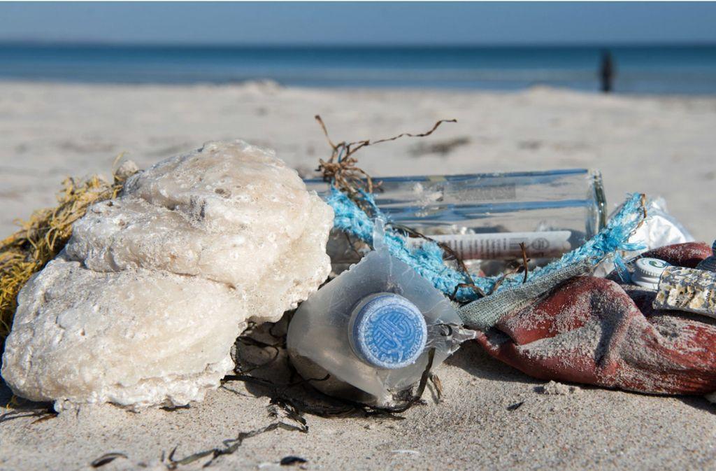 Vermüllung, Überfischung, Vergiftung: Der Zustand der Meere ist kritisch (Foto: angeschwemmter Müll am Ostseestrand auf der Insel Rügen). Foto: dpa