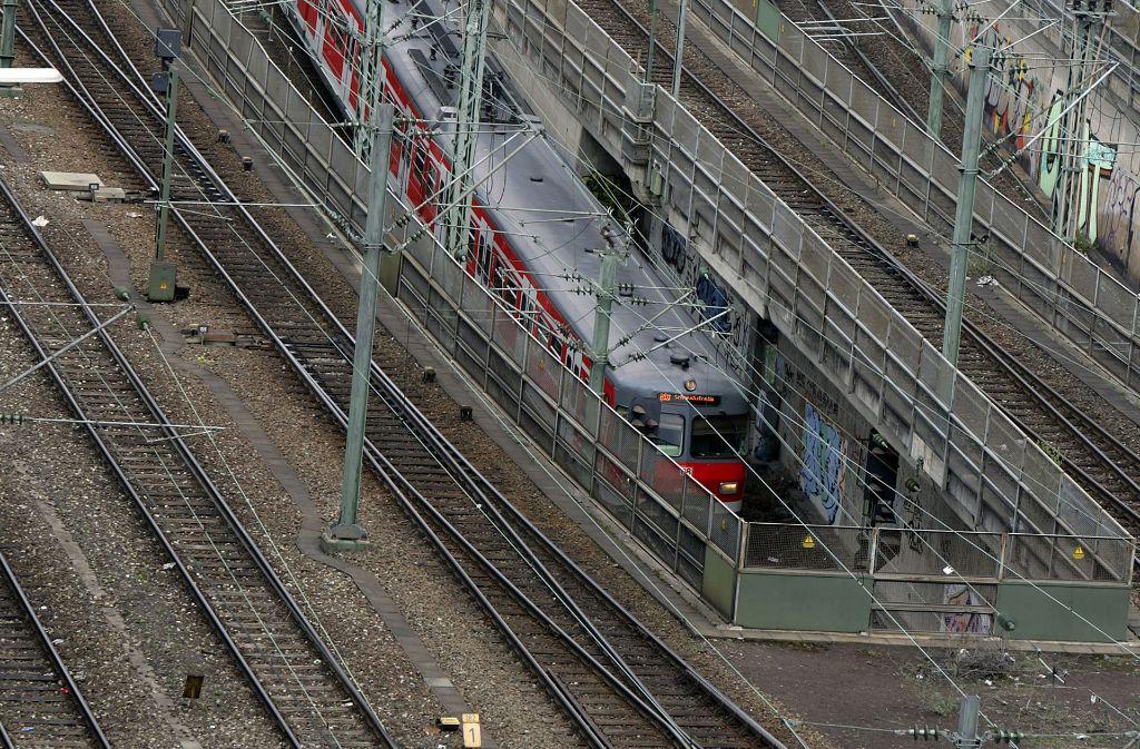 Abtauchen: S-Bahn fährt in den Tunnel. Foto: Achim Zweygarth
