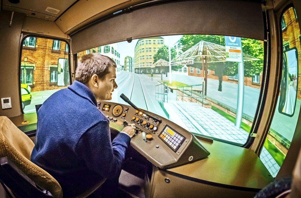 Der Fahrschüler Uwe Berner (Bild oben)  übt im Simulator kritische Situationen. Seine Kollegen verfolgen seine Entscheidungen an ihren Bildschirmen, Foto: Lichtgut/Achim Zweygarth
