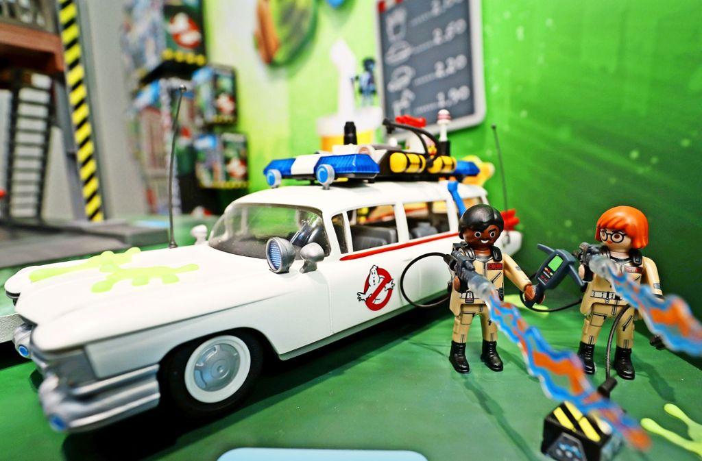"""Playmobil will mit den Geisterjägern an den Kinoerfolg anknüpfen und vertreibt Spielfiguren im Miniaturformat. Das Unternehmen aus Franken hat die Lizenz für den Kinoklassiker """"Ghostbusters""""  von der US-Firma Sony Pictures erworben. Foto: dpa, Hersteller, Verleih"""