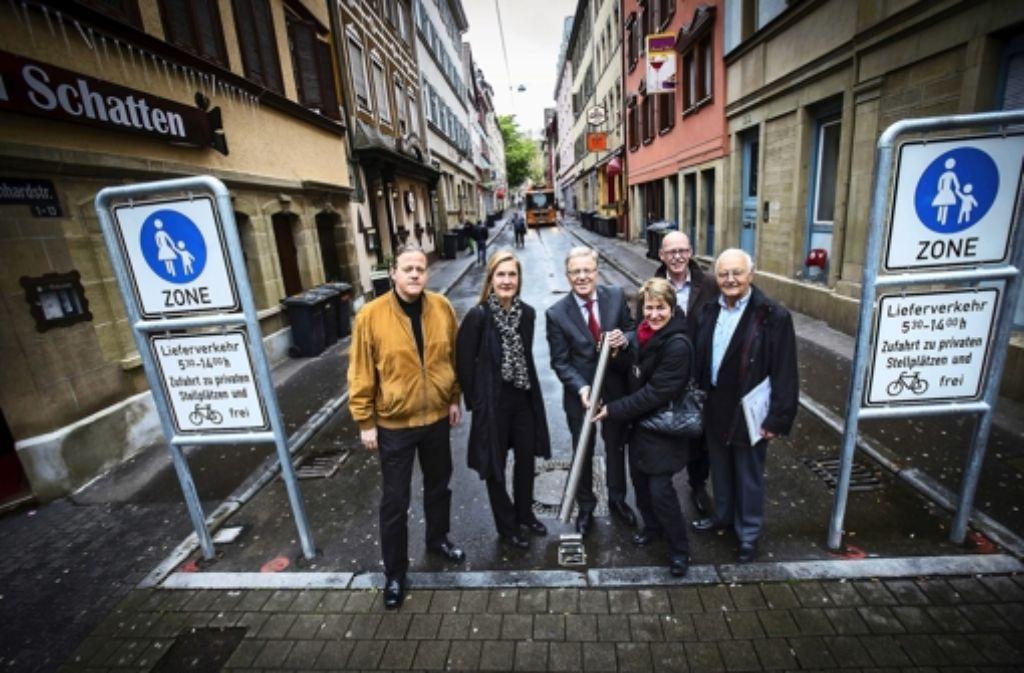 Der Pfosten an der Leonhardstraße wurde feierlich eingeweiht. Er war Anlass einer lebhaften Debatte. Foto: Achim Zweygarth