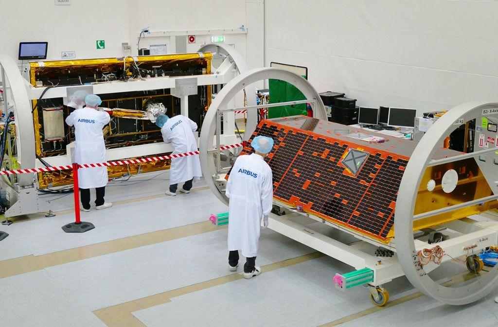 Arbeit an einem Satelliten  bei Airbus in Friedrichshafen: Die Raumfahrt ist von den Problemen der Luftfahrt noch verschont. Foto: Airbus