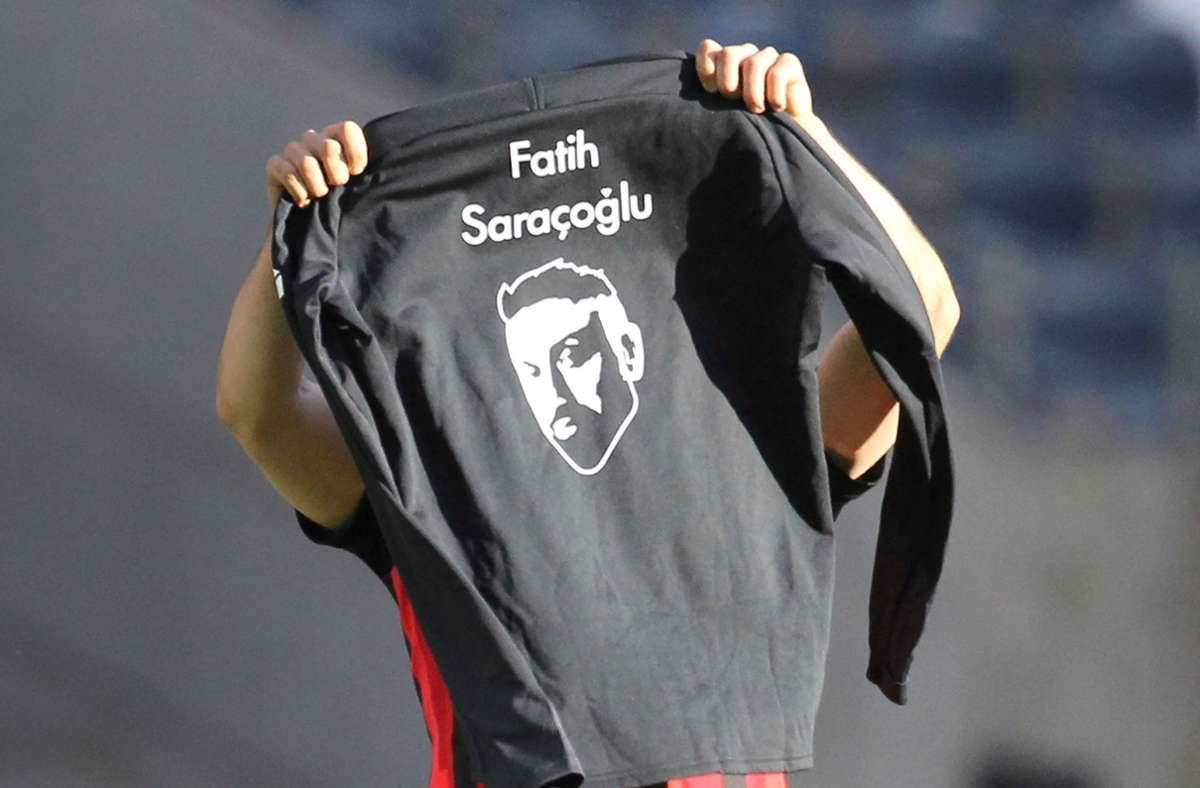 Später feierte Amin Younes mit einem Shirt mit dem Porträt von Fatih Saraçoğlu, einem der Opfer, seinen Treffer zum zwischenzeitlichen 2:0 gegen die Münchner. Foto: AFP/DANIEL ROLAND