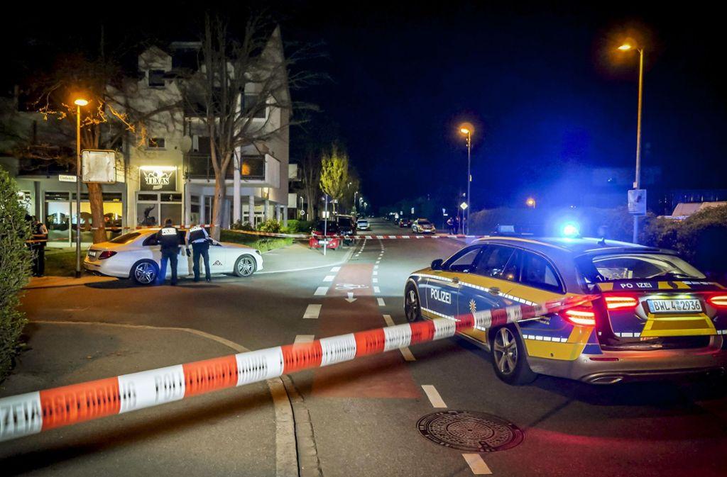 Nach den Schüssen in der Böblinger Straße in Schönaich: Die Polizei sperrt den Tatort ab und sichert Spuren. Foto: 7aktuell/Alexander Hald