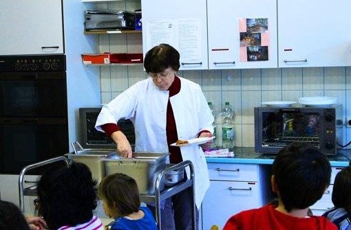 24 Schüler bekommen in dem Klassenzimmer im Erdgeschoss täglich ein warmes Mittagessen. Foto: Maira Schmidt