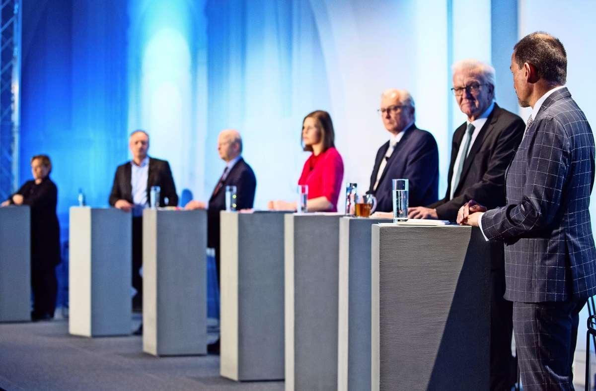 Die Diskutanten waren: Susanne Eisenmann (CDU), Andreas Stoch (SPD), Michael Theurer (FDP), Sahra Mirow (Linke), Bernd Gögel (AfD) und  Winfried Kretschmann (Grüne, v.l.). Rechts außen: Moderator Christoph Reisinger Foto: Lichtgut/Leif Piechowski