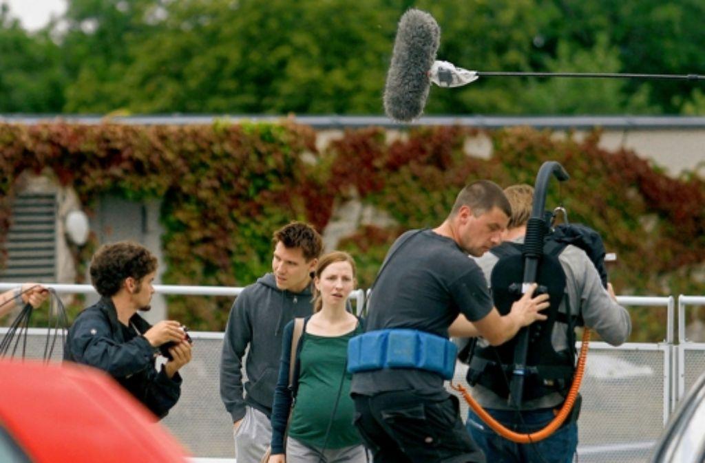 Das Kamerateam hält drauf, als Marc alias Hanno Koffler versucht, seine schwangere Freundin zu beruhigen. Foto: factum/Granville