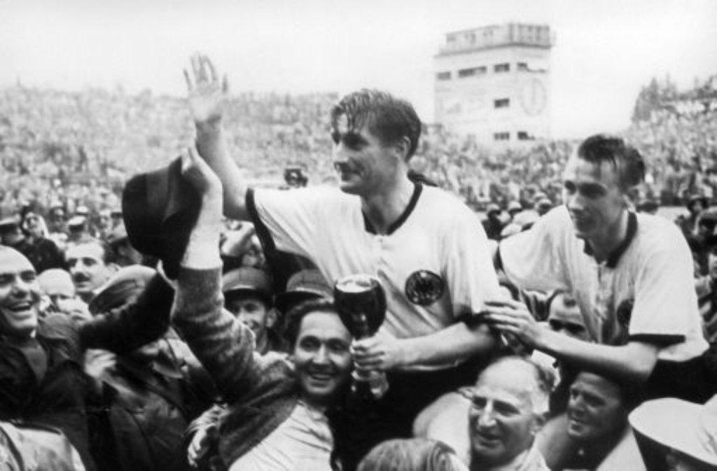 Von einer Euphoriewelle getragen: Horst Eckel (rechts) und sein Vorbild Fritz Walter werden nach dem WM-Triumph 1954 von den Anhängern gefeiert. Foto: dpa