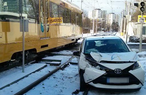 Auto prallt gegen Stadtbahn