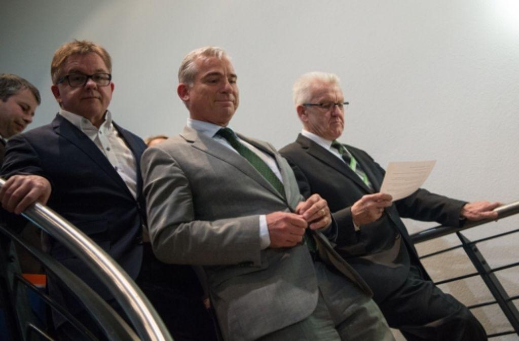 Blick in den Abgrund? Noch nicht. Guido Wolf, Thomas Strobl (beide CDU) und Winfried Kretschmann (Grüne) schreiten zur Pressenkonferenz nach dem ersten Sondierungsgespräch. Foto: dpa