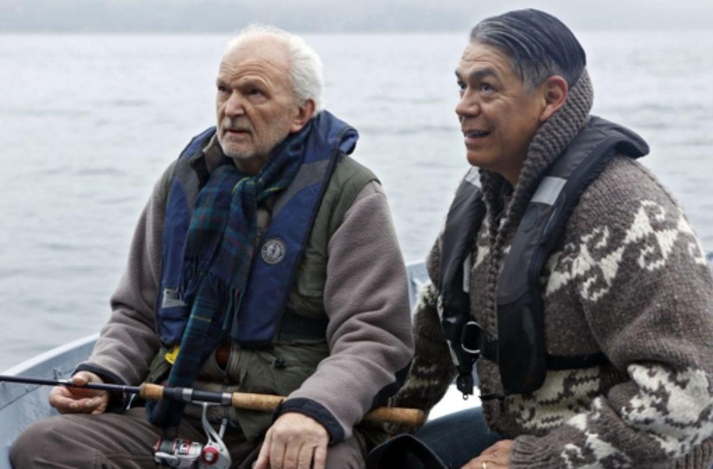 Bei einer Angeltour erzählt Richard (Michael Gwisdek, li.) Chief Harry (Lorne Cradinal), mit dem er gut befreundet ist, von seiner Erkrankung. Foto: ARD