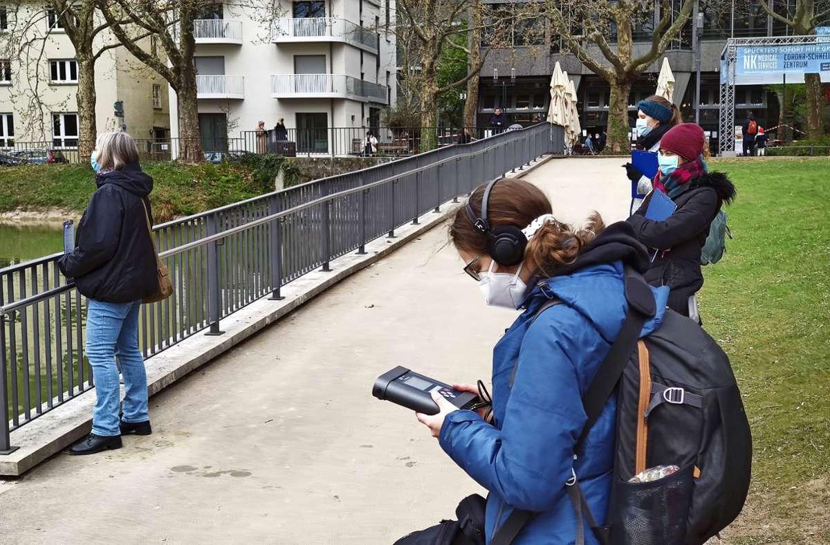 Während die Teilnehmer in die Umgebung hören, misst Andrea Markert die Dezibel in den Ruheoasen. Foto: Kathrin Wesely