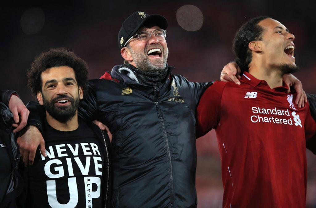 Never give up – gebe niemals auf: Das Motto auf Mohamed Salahs (links) Shirt nahmen sich Jürgen Klopp   und Virgil van Dijk zu Herzen. Foto: dpa